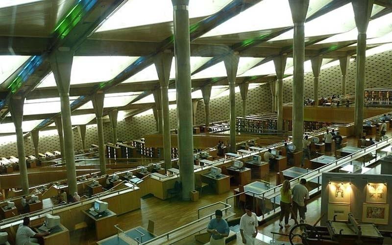 """A Biblioteca de Alexandria, no Egito, abriga uma coleção principal e quatro especializadas, além de um laboratório, um planetário e dois museus (um de ciência e outro de caligrafia). """"Biblioteca"""" em inglês se diz """"library"""", como muita gente sabe. Mas qual é a expressão que se usa para """"rato de biblioteca""""?"""
