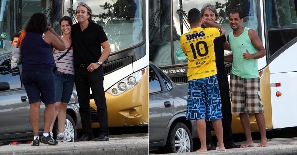 """Alexandre Borges tira foto com fãs durante gravação de """"Avenida Brasil"""" na zona sul do Rio (17/5/2012)"""