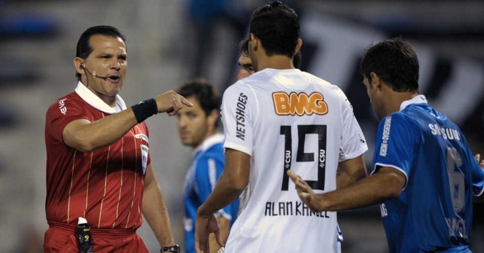 Árbitro Carlos Amarilla chama a atenção do atacante Alan Kardec durante a partida contra o Vélez Sarsfield