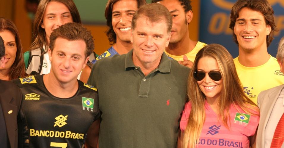 Atriz Danielle Winits participa de evento ao lado de Luciano Huck e Bernardinho