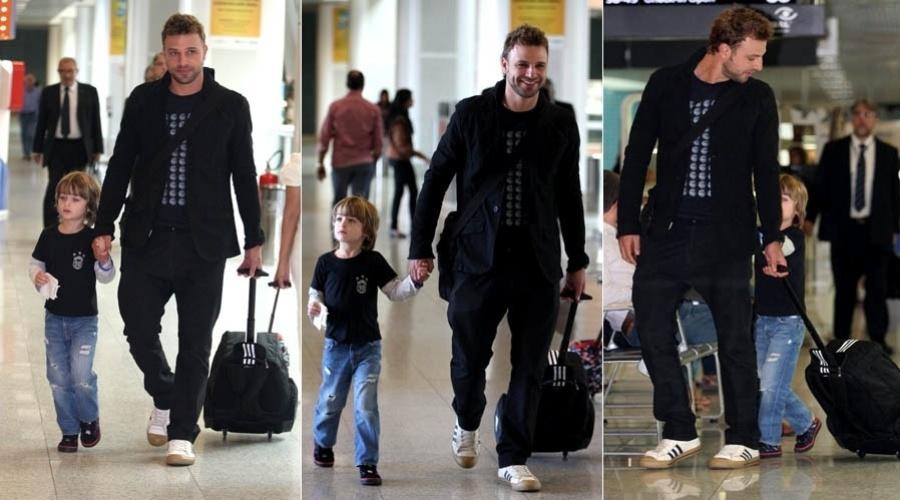 Cássio Reis circula com o filho Noah por aeroporto do Rio (17/5/2012)