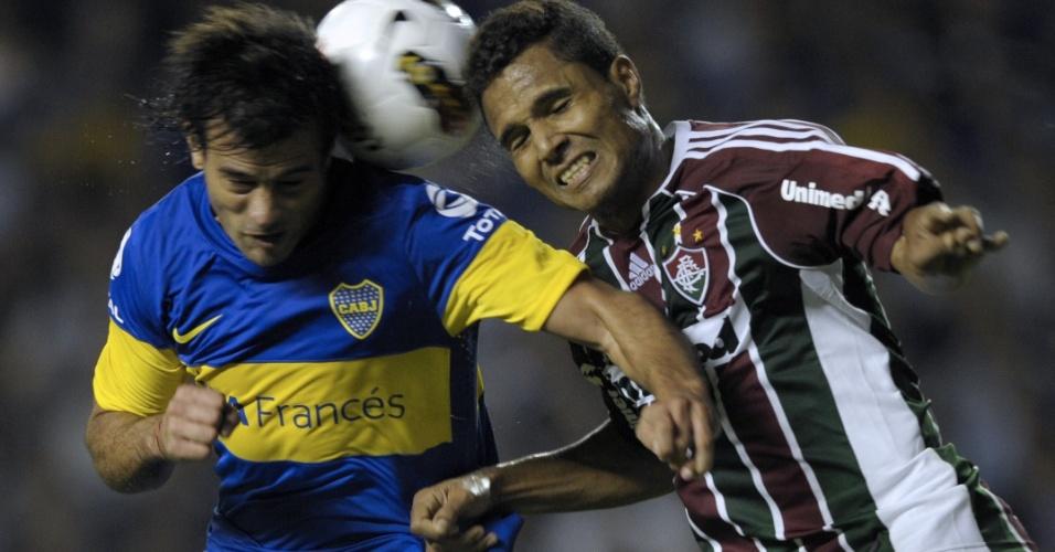 Dario Cvitanich, do Boca, e Anderson, do Fluminense, disputam a bola durante o jogo em La Bombonera