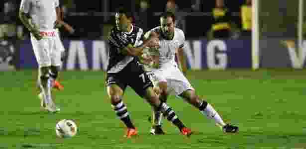 Eder Luis é marcado por Danilo na primeira partida: atacante será importante no duelo - Ricardo Cassiano/ UOL