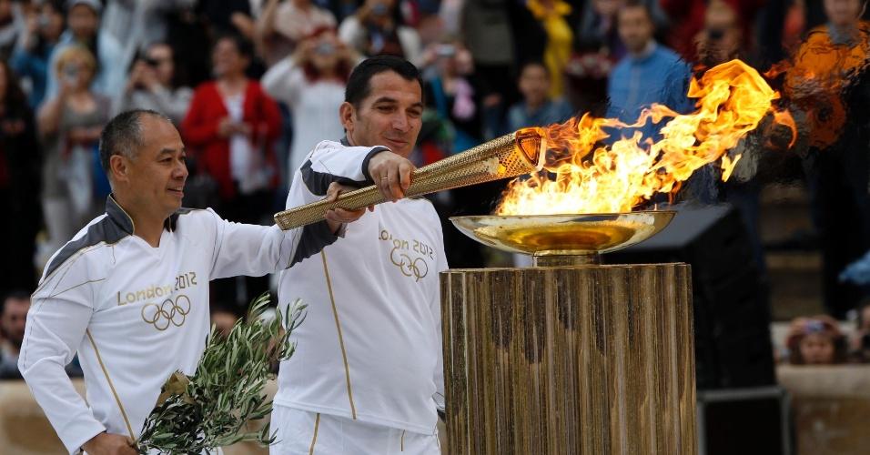 Em Atenas, ginasta chinês e halterofilista grego acendem a tocha dos Jogos Olímpicos de Londres