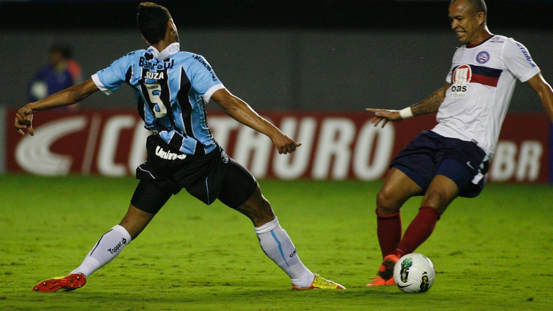 Junior, atacante do Bahia, encara a marcação de Souza, do Grêmio