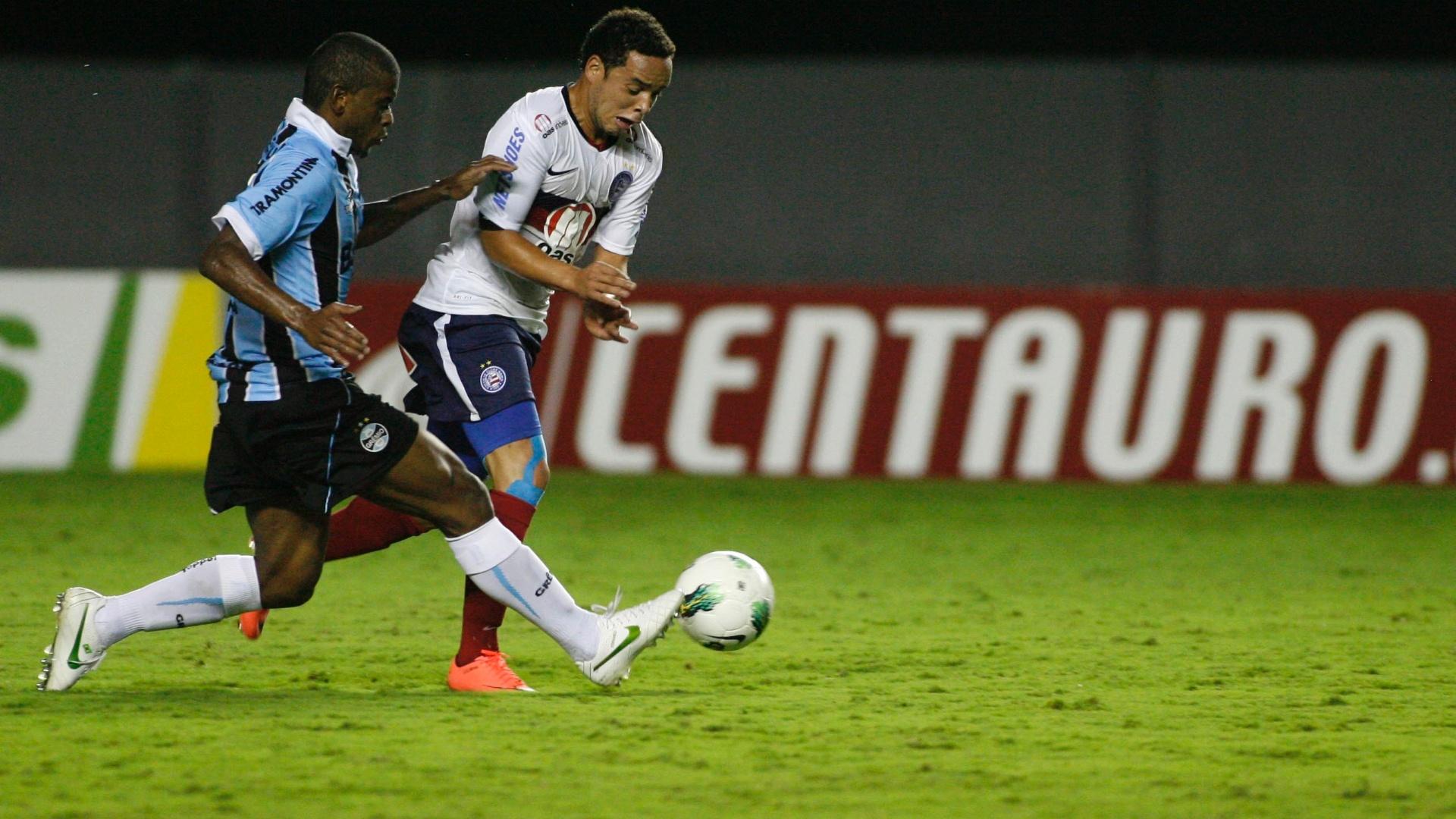 Lulinha, atacante do Bahia, tenta deixar o marcador do Grêmio para trás