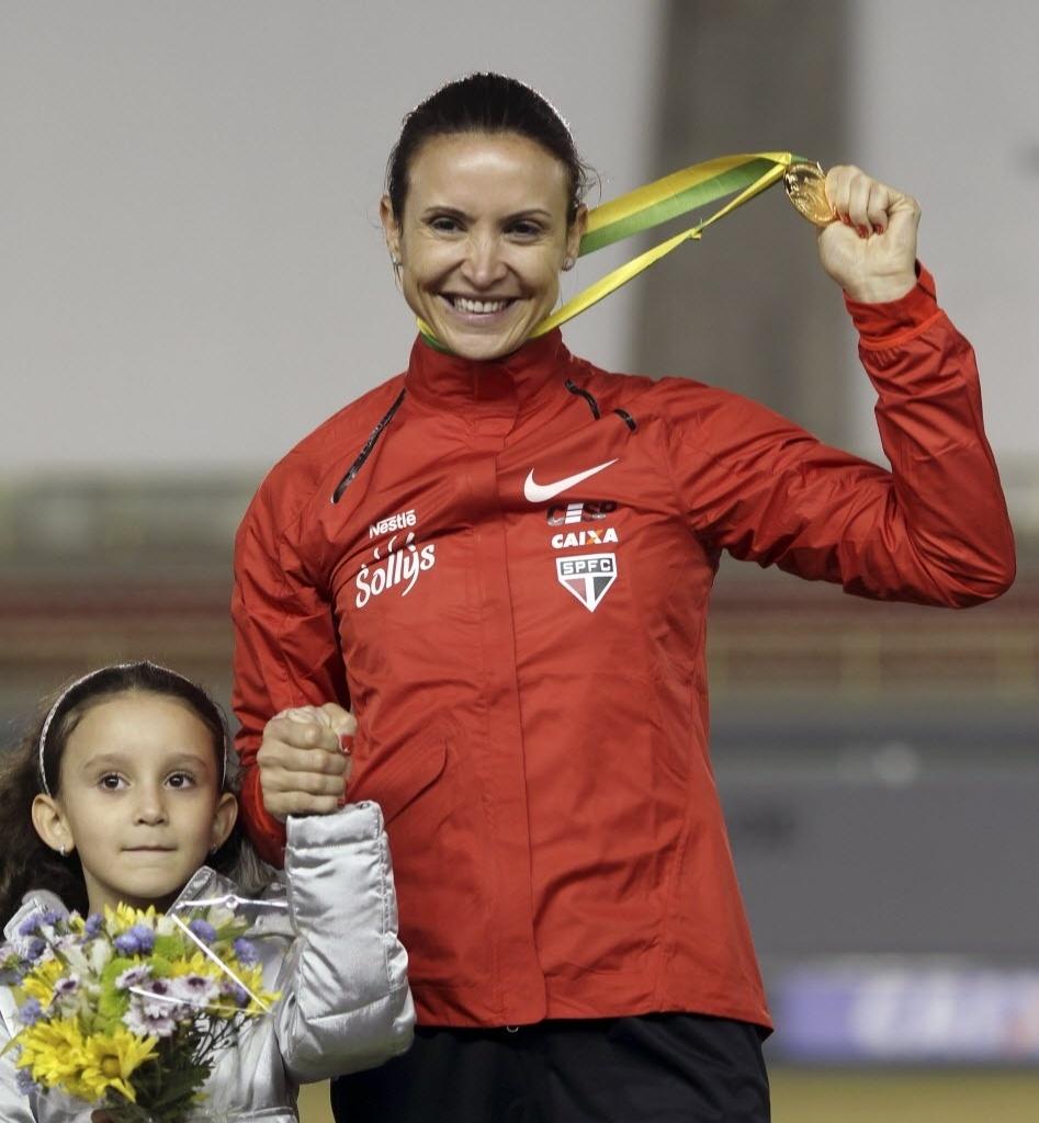 Maurren recebe medalha no GP de São Paulo ao lado da filha Sofia