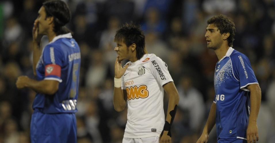 Neymar sofre forte marcação durante a partida contra o Vélez Sarsfield