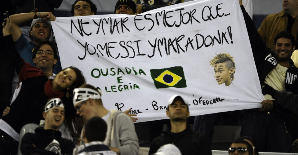 Torcedores do Santos exibem cartaz para Neymar nas arquibancadas do estádio José Amalfitani