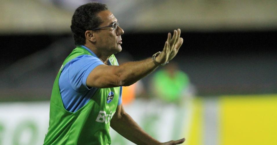 Vanderlei Luxemburgo, técnico do Grêmio, orienta sua equipe durante partida contra o Bahia