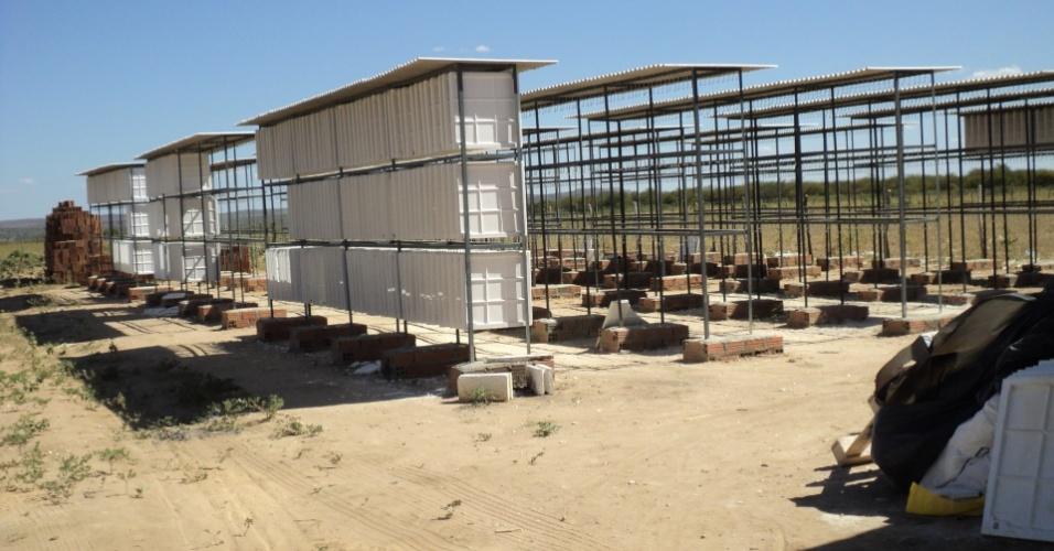 18.mai.2012 - Água desviada foi flagrada na produção de placas de gesso, no dia 15 de maio, pela Companhia Pernambucana de Saneamento em Ouricuri (PE). Fábricas furtavam água da adutora do Oeste, que deveria abastecer sertanejos de 13 cidades