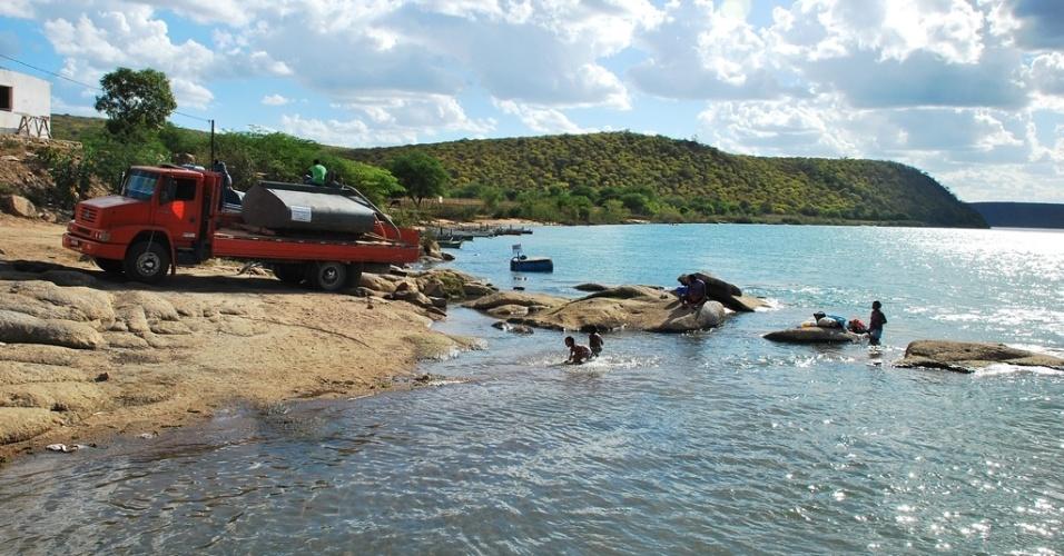 18.mai.2012 - Carro-pipa recolhe água do rio São Francisco para abastecer cidades afetadas pela seca em Sergipe