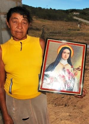 Moradora de Tacaratu (PE) diz que nunca viu o açude secar e apela para os santos pelo fim da estiagem - Beto Macário/UOL
