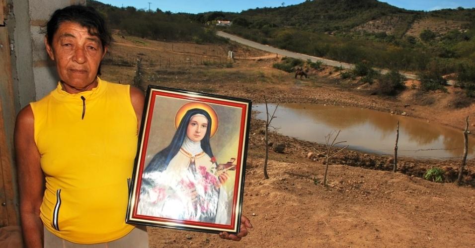 18.mai.2012 - Maria Gildacir, 66, de Tacaratu (PE), diz que nunca viu o açude secar e apela para os santos pelo fim da estiagem no Nordeste