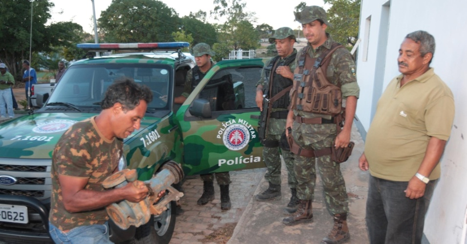 18.mai.2012 - Policias retiram bomba que retirava água de forma irregular do rio Prata, em Seabra (BA)