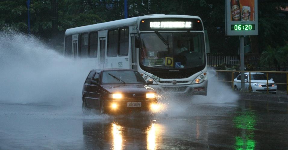 18.mai.2012 - Salvador amanheceu com chuva, que provocou pontos de alagamento e deixou o trânsito lento em várias partes da capital baiana