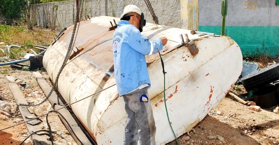 18.mai.2012 - Vagner Santos Silva foi contratado por uma oficina, em Poço Redondo (SE), para atender à demanda de carros-pipa com problemas durante o período de estiagem