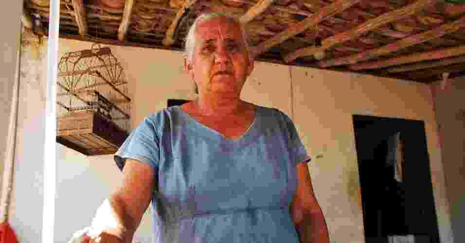 18.mai.2012 - Zélia Bezerra da Silva, 66, reclama que não recebe água encanada há quase dois anos na comunidade de São José, em Poço Redondo (SE) - Beto Macário/UOL
