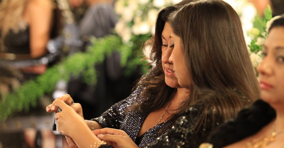 """A apresentadora do programa """"Esquenta"""", Regina Casé comparece ao casamento do cantor Belo e da dançarina Gracyanne Barbosa na Igreja da Candelária (18/5/2012)"""