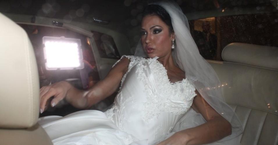 A dançarina Gracyanne Barbosa deixa o hotel Copacabana Palace, onde passou seu dia de noiva e se dirige a Igreja da Candelária, onde casará com Belo (18/5/2012)