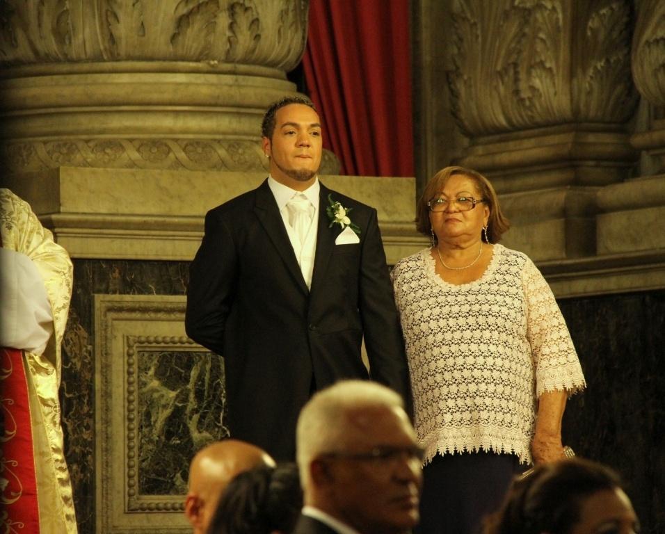 Acompanhado da mãe, Dona Teresinha, Belo aguarda a chegada da noiva Gracyanne Barbosa ao altar (18/5/2012)