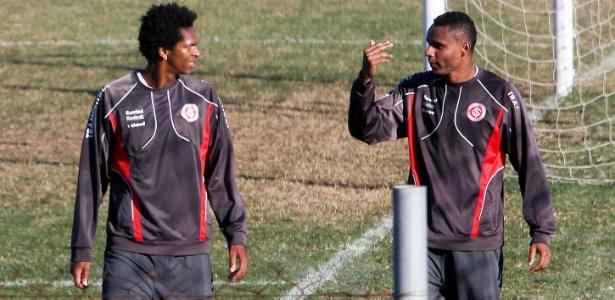 Jô e Jajá juntos em treino do Inter na temporada 2012: breve parceria no Sul