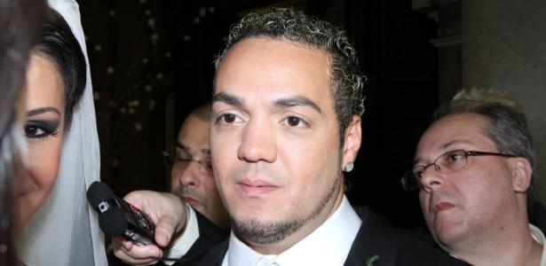 Belo concede entrevista no final de seu casamento com Gracyanne na Igreja da Candelária (18/5/2012)