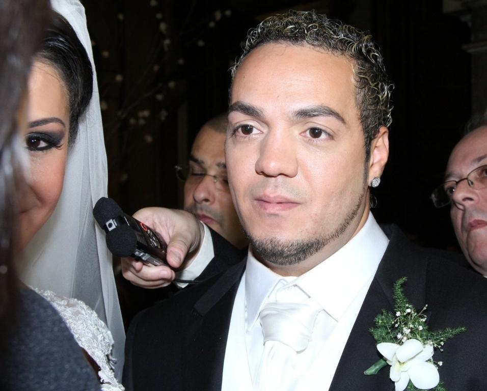 Belo concede entrevista no final de seu casamento de Belo e Gracyanne na Igreja da Candelária (18/5/20120