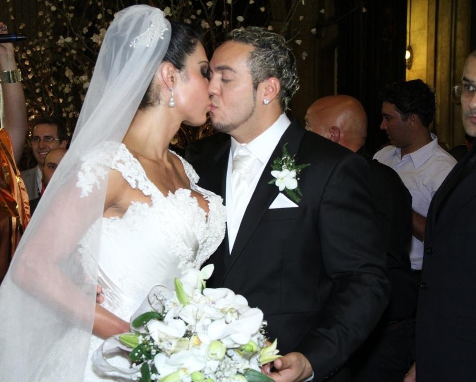 Belo e Gracyanne se beijam na saída da Igreja da Candelária, no Rio de Janeiro (18/5/2012)