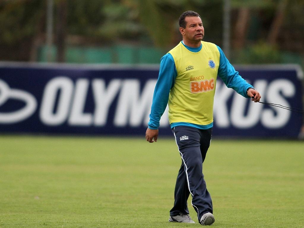 Celso Roth durante treino do Cruzeiro nesta sexta-feira (18/5/2012)