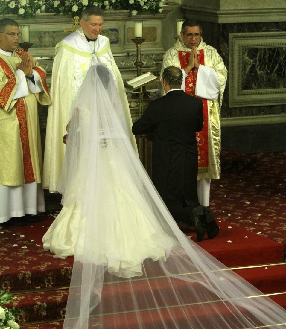 De joelhos, o casal lê trechos da bíblia durante a cerimônia (18/5/2012