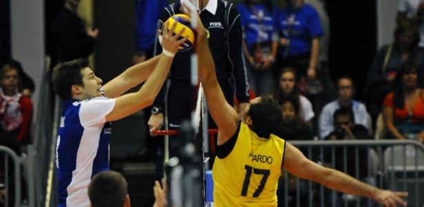 De volta à seleção, Ricardinho briga pela bola na rede com Michal Kubiak, da Polônia