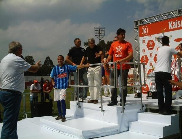 Denô no pódio da Copa Kaiser 2008, esperando para receber troféu de artilheiro