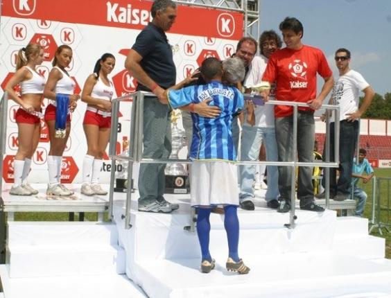 Denô recebe troféu de artilheiro da Copa Kaiser