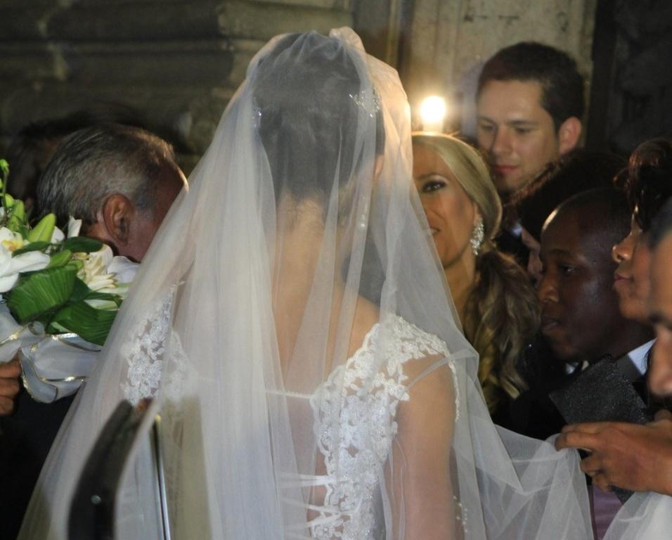 Detalhe do véu do vestido de Gracyanne Barbosa, desenhado pelo estilista Samuel Cirnanski