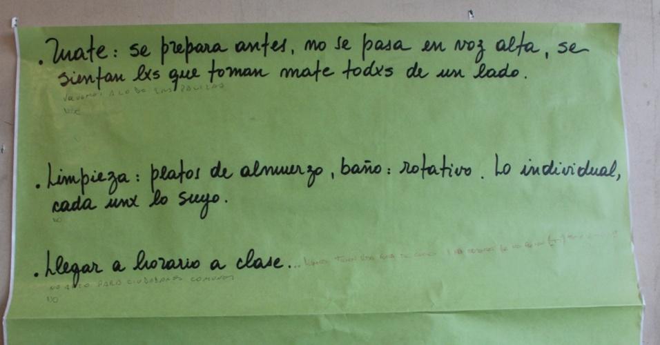 Em um cartaz, estão as regras da escola. Elas foram discutidas em conjunto por coordenadores e alunos