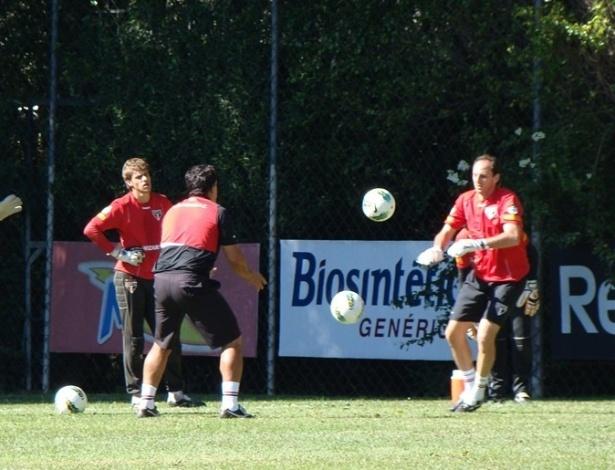 Goleiro são-paulino Rogério Ceni se recupera de cirurgia no ombro direito e já treina com bola