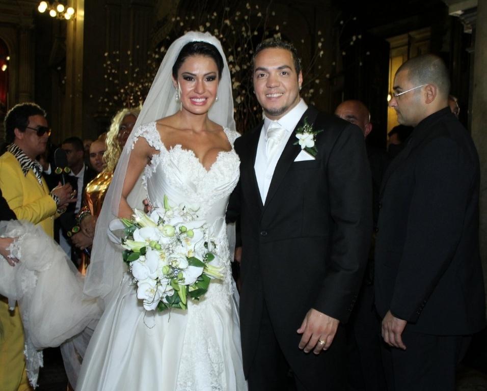 Gracyanne e Belo posam para fotos na saída da Igreja da Candelária, no Rio de Janeiro (18/5/2012). O casal já namora há cinco anos