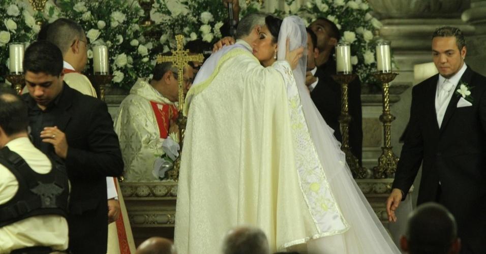 Gracyanne recebe abraço do Padre Marcelo Rossi