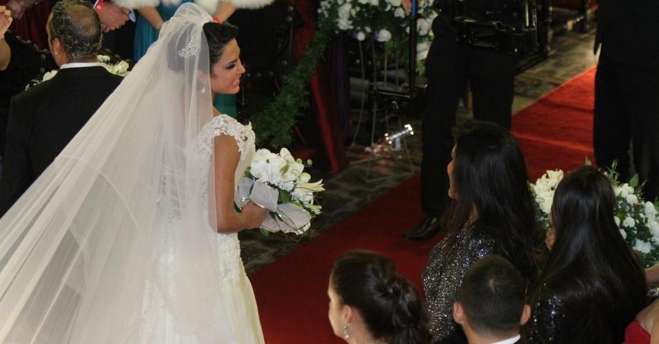 Gracyanne troca olhares com Regina Casé na saída da Igreja da Candelária (18/5/2012)