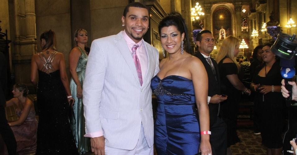 MC Naldo e Mulher Moranguinho posam para fotos na saída do casamento de Belo e Gracyanne no Rio de Janeiro, na Igreja da Candelária (18/5/2012)