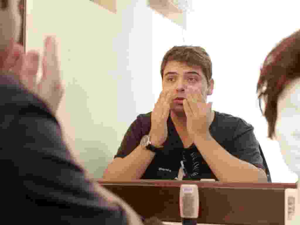 """No camarim do Teatro AMF Unimed, em Niterói, no Rio, Gustavo Mendes se prepara para o último dia do espetáculo """"Mais que Dilmais"""" (17/5/12) - Hélio Motta/UOL"""