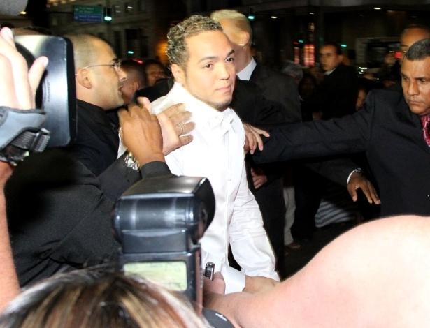 O cantor Belo chegou ao seu casamento escoltado por policiais e seguranças (18/5/12)