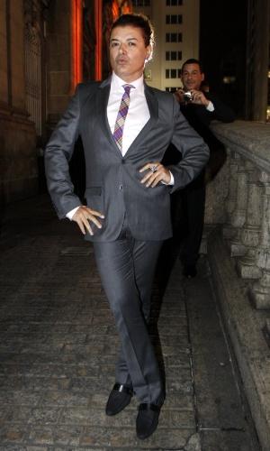 O promoter David Brazil posa para fotógrafos durante o casamento de Belo e Gracyanne no Rio de Janeiro (18/5/2012)
