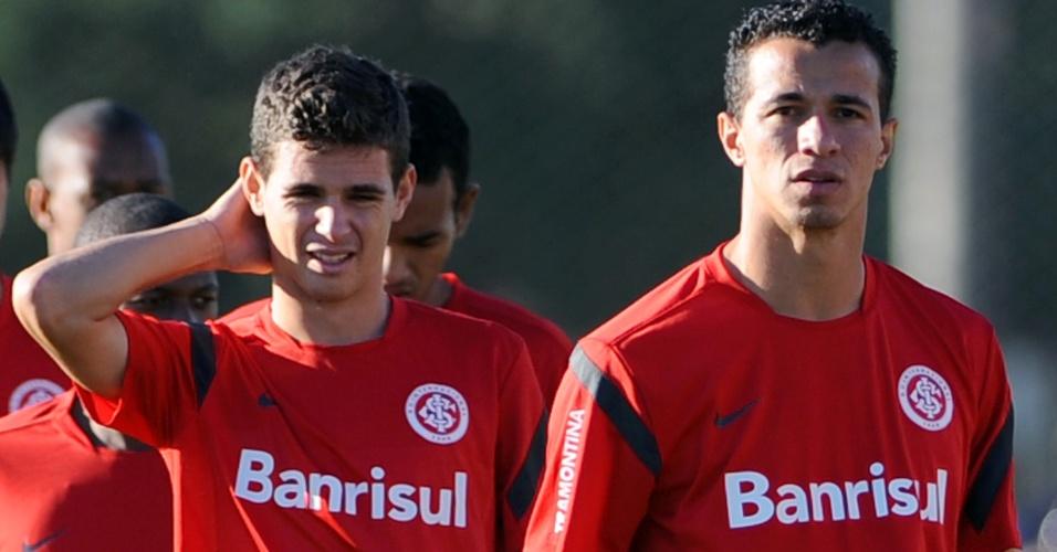 Oscar e Leandro Damião no início do treino do Internacional (18/05/2012)