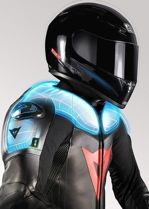 Roupa técnica deveria ser habitual para todos os motociclistas; na foto, ombros e cervical tem proteção extra, com dispositivo inflável - Reprodução