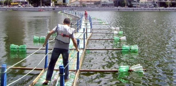 Visitantes atravessam ponte construída com 8.000 garrafas PET em Campina Grande (PB)