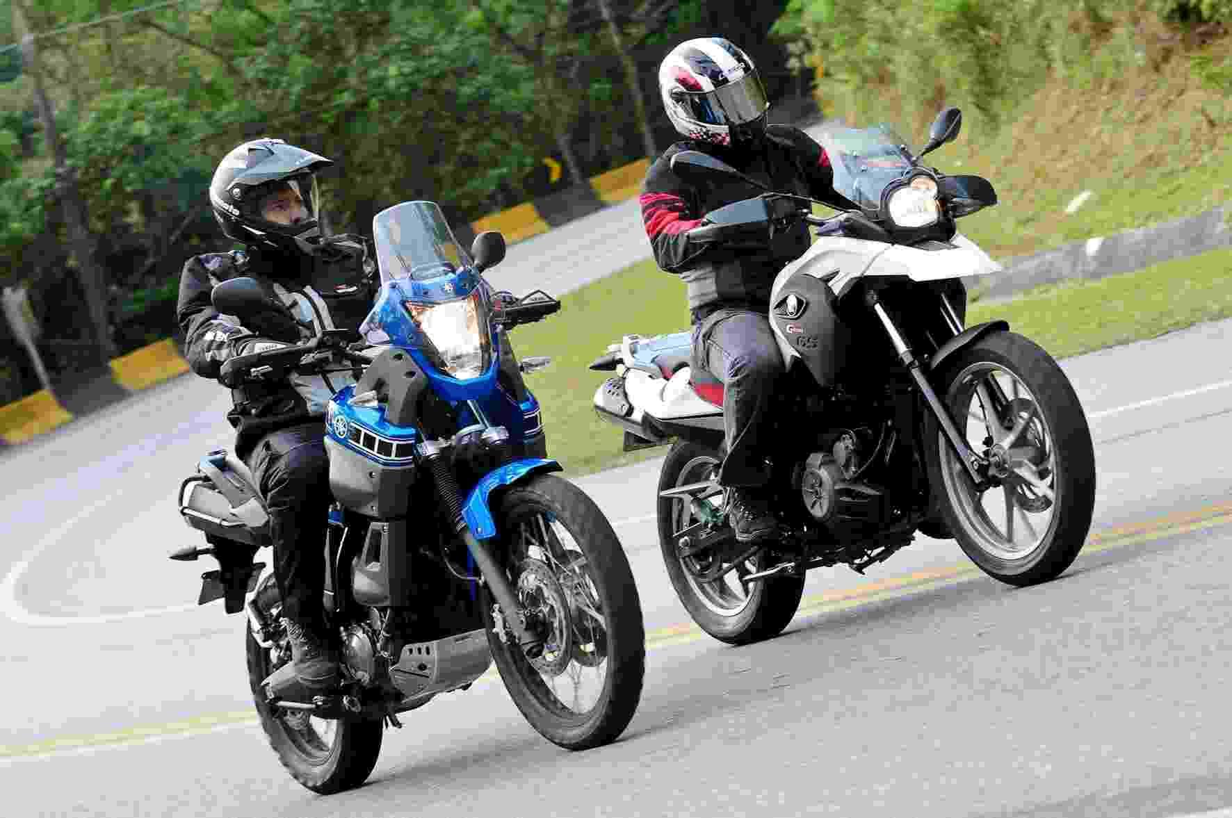 Yamaha XT 660Z Ténéré (azul) aposta em visual mais robusto e imponente, enquanto BMW G 650 GS (branca) ficou mais moderna na linha 2012 - Doni Castilho/Infomoto