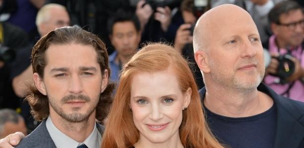 """A atriz Jessica Chastain se junta ao ator Shia Labeouf (esquerda) e ao diretor John Hillcoat (direita) na sessão de fotos de """"Os Infratores"""", em Cannes"""