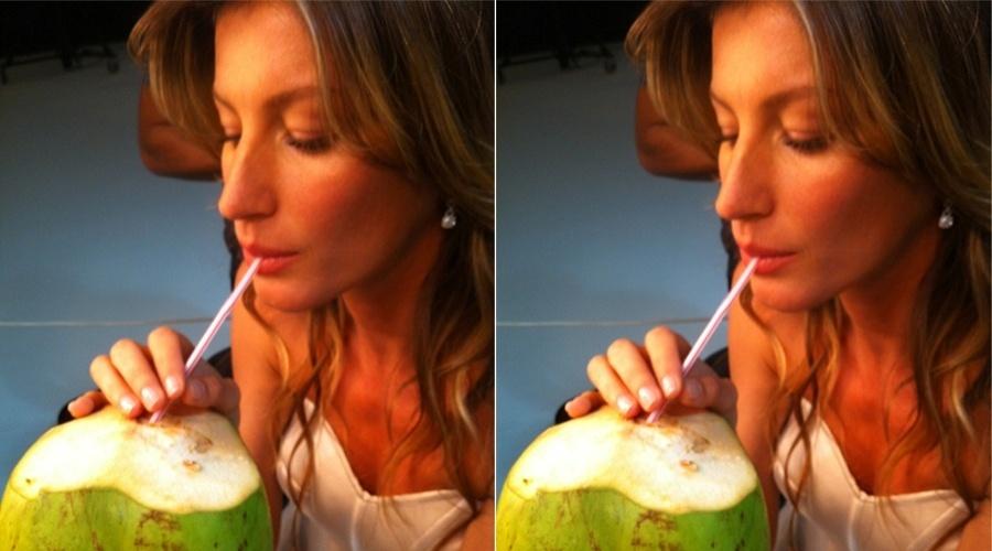 """A modelo Gisele Bündchen postou uma foto no Twitter tomando água de coco. """"Mmm...Brazil.. Isso é o paraíso! ;)"""", escreveu a top"""